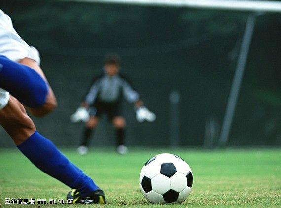 """足球是足球运动或足球比赛的简称。当然它也指足球比赛中的用球。足球运动是一项古老的体育活动,源远流长。最早起源于中国古代的一种球类游戏""""蹴鞠"""",后来经过阿拉伯人传到欧洲,发展成现代足球。不少国家将足球定为""""国球""""。   足球运动,是目前全球体育界最具影响力的单项体育运动,故有世界第一大运动的美称!主要以脚支配球为主,但也可以使用头、胸部等部位触球(除守门员外,其他队员不得用手或臂触球;如果守门员出了本方的禁区,那也不能用手或臂触球)。两个队在同一场地内进"""